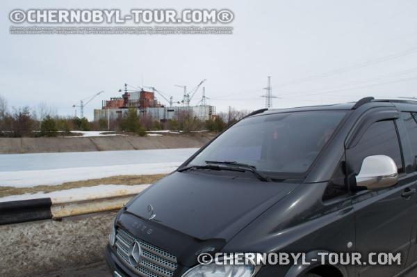 Экскурсионный автомобиль около ЧАЭС